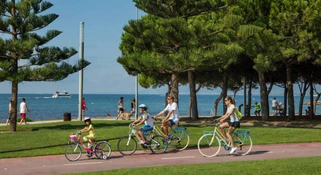 familia en bici en Cambrils