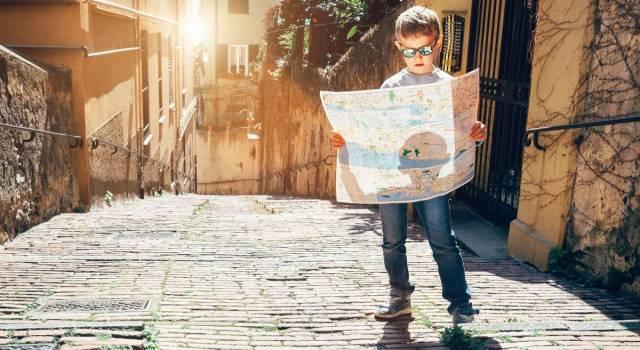 Niño con mapa