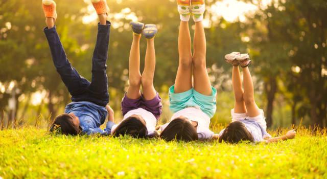ninos-jugando-verano