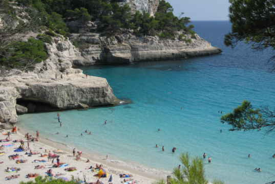 Playa de Mitjana, en Menorca.