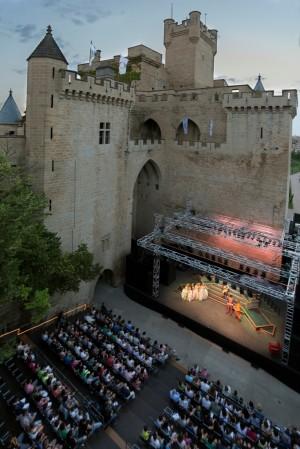 Los actores que se subirán al escenario de la Cava, en el Palacio Real de Olite, para representar algunas de las mejores obras teatrales del Siglo de Oro. Foto: Txisti Perez, cedida por Turismo de Navarra.