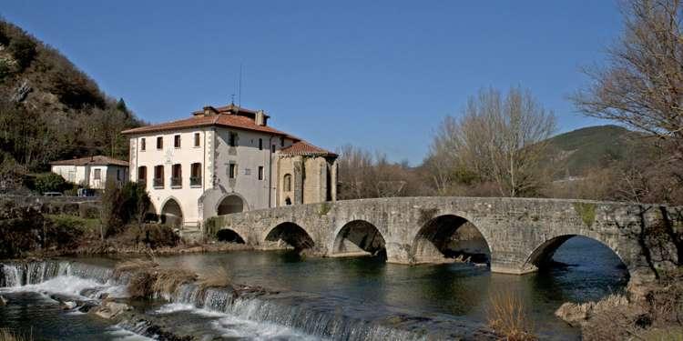 La ruta jacobea atraviesa el puente sobre el río Ultzama en Arre. Foto: Turismo Navarra.