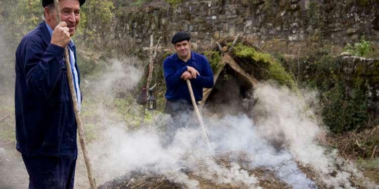 Carboneros recreando sus tareas durante los festejos. Fotografía cedida por el Archivo de Turismo 'Reyno de Navarra'