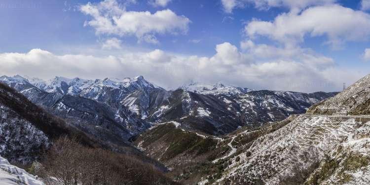 Vista de la montaña nevada desde el alto de Pajares