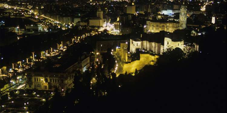 Vista nocturna de Málaga iluminada para Navidad. Foto: Mónica Bonilla.
