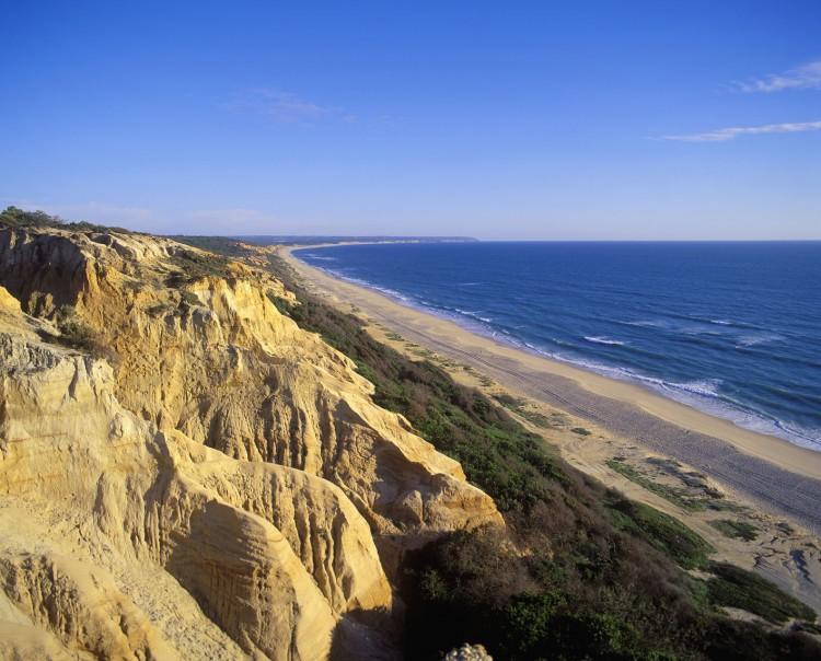 Playa da Tróia, en Setúbal, idónea para el paseo o para el surf en estos meses primaverales. Foto: visitlisboa.com
